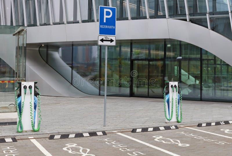 Modern autoparkeren en een het laden post voor elektromachi royalty-vrije stock afbeeldingen