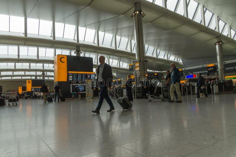 Modern avvikelsekorridor på terminal 2 på den Heathrow flygplatsen, London, UK royaltyfri bild