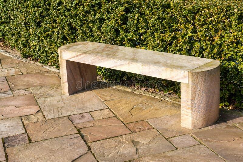 Modern bänk för stenmarmorträdgård royaltyfria foton