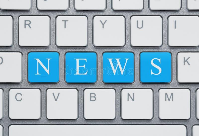 Modern bärbar dator med nyheterna på skärmen på en vit bakgrund