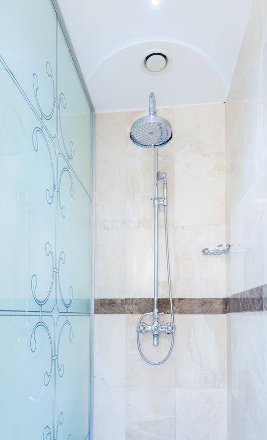 Modern badkamersbinnenland met badkuip royalty-vrije stock afbeeldingen