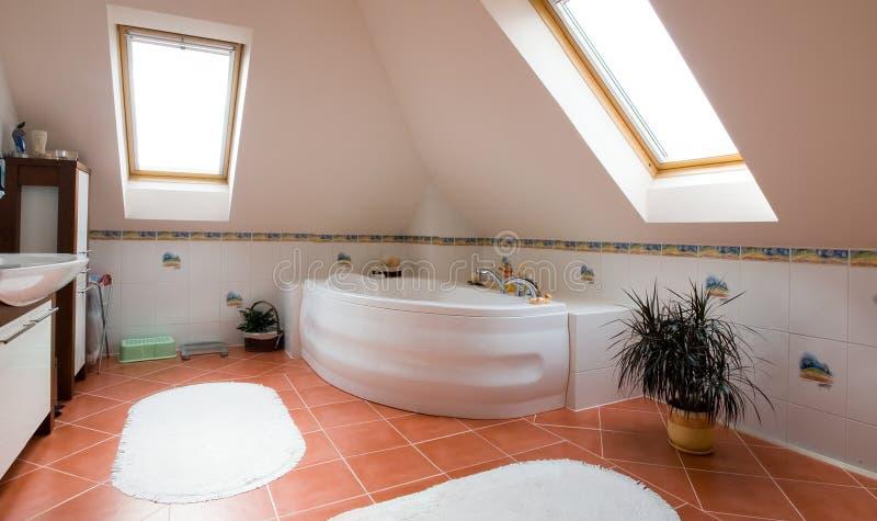 Modern badkamerspanorama stock afbeelding
