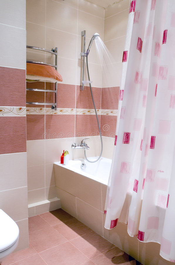 Modern badrum i tegelplatta royaltyfri bild