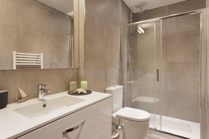 Modern badrum med bruna plattor arkivbild
