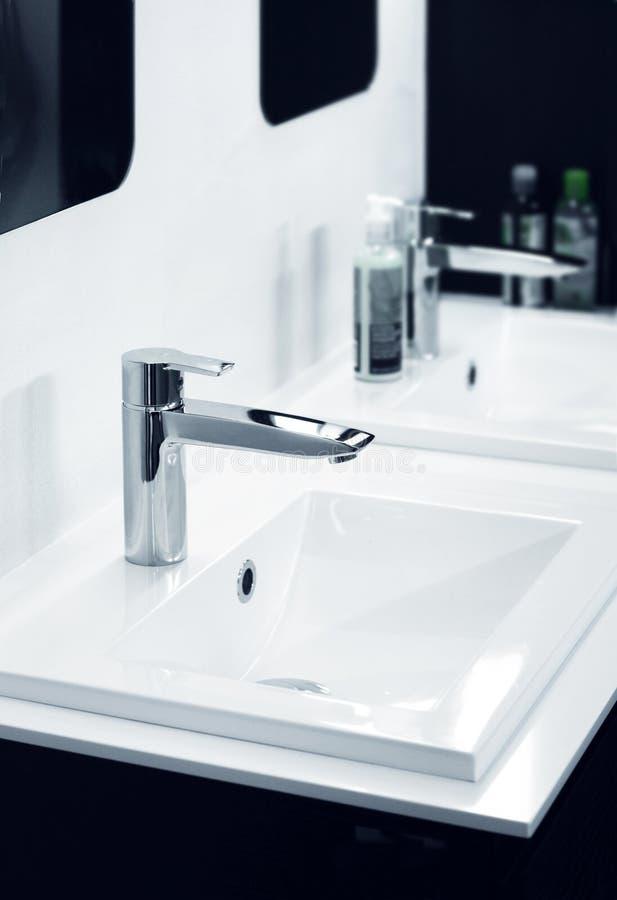 Modern badrumdetalj arkivbild