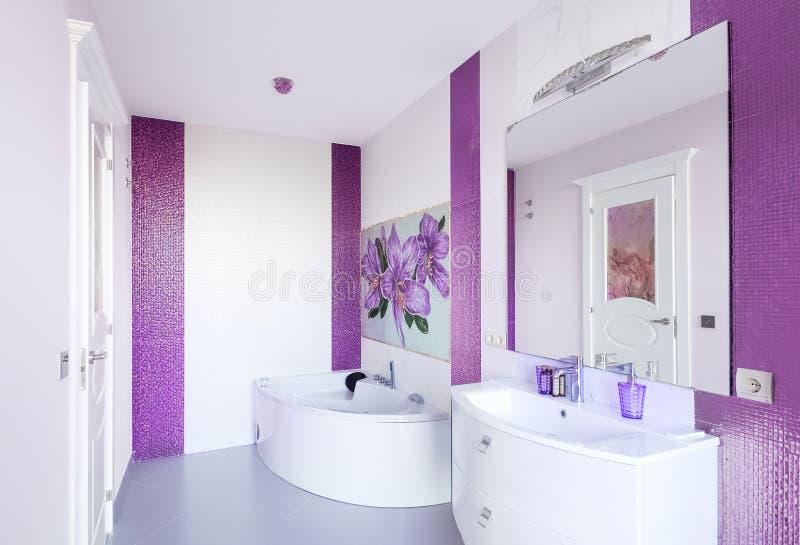 Modern badruminre med en mosaikpanel Vit badkaragai arkivbild