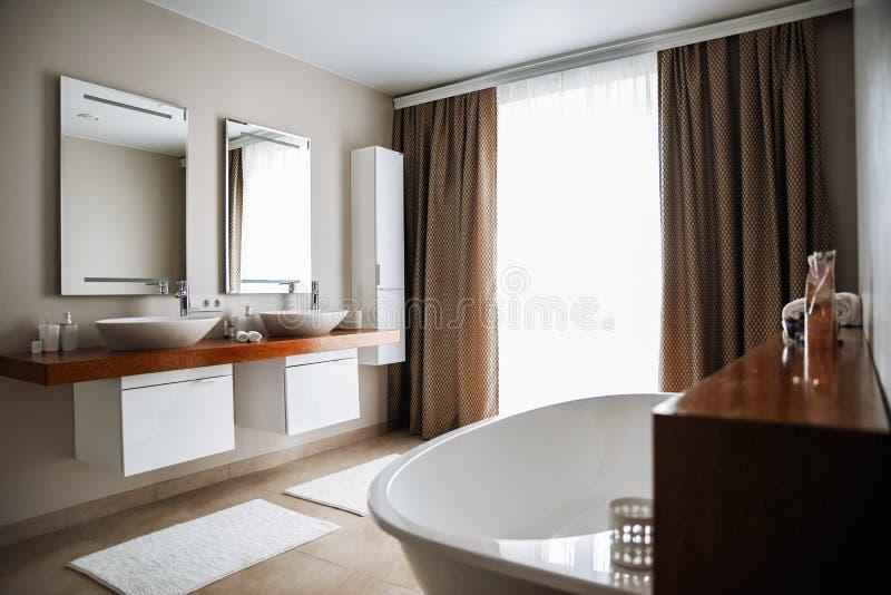 Modern badruminre, stor design inre modernt f?r badrum Inget inom Tr? texturerar arkivbild