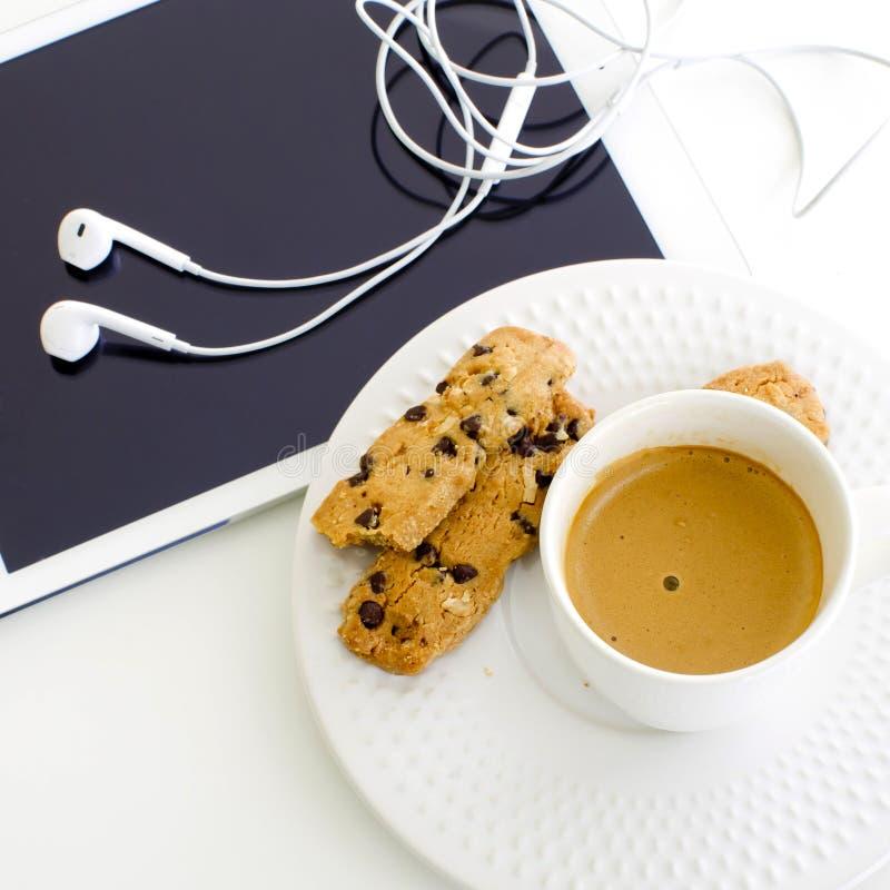 modern bakgrundsaffär mer min portfölj Datorminnestavla med kaffe och kocken royaltyfri bild