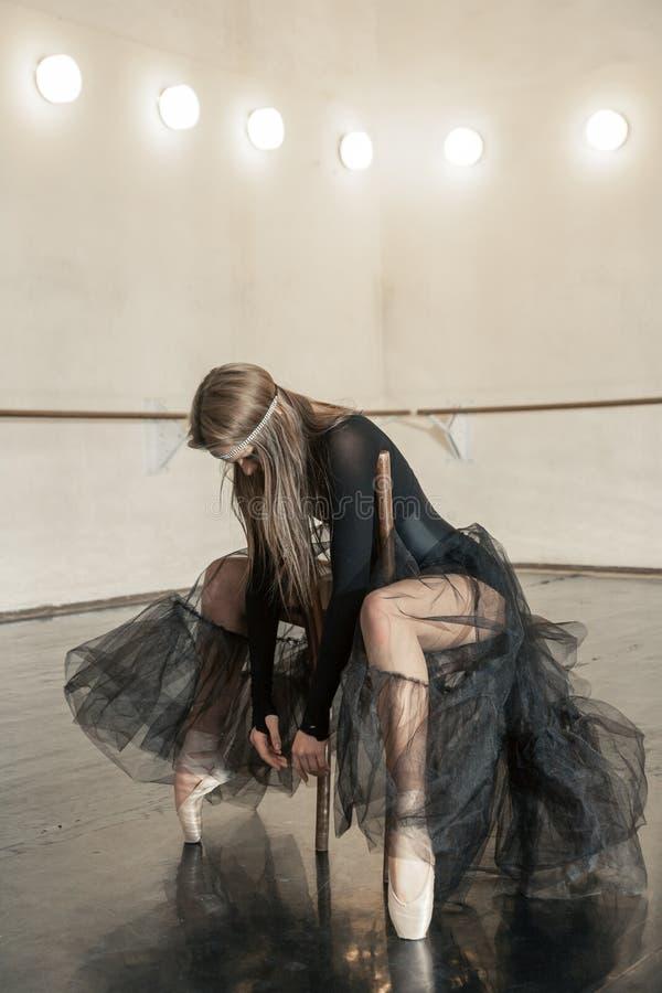 Modern balettdansör på en trästol på en upprepning royaltyfria bilder