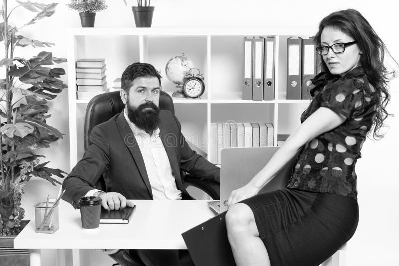 Modern bedrijfspaar dat in modern bureau werkt businesspeople De formele code van de manierkleding Bedrijfspaar in modern royalty-vrije stock fotografie
