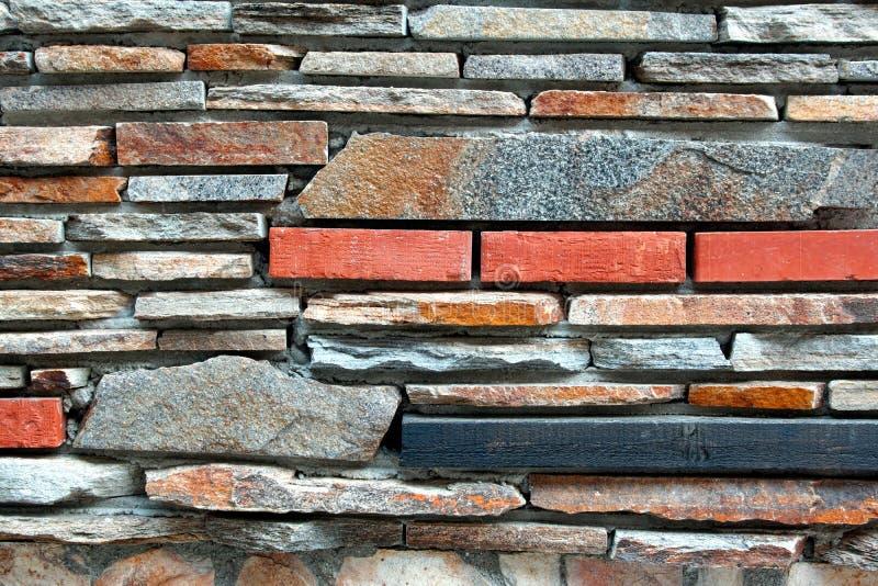 Modern belagd med tegel vägg från den naturliga blandade stenen royaltyfri bild