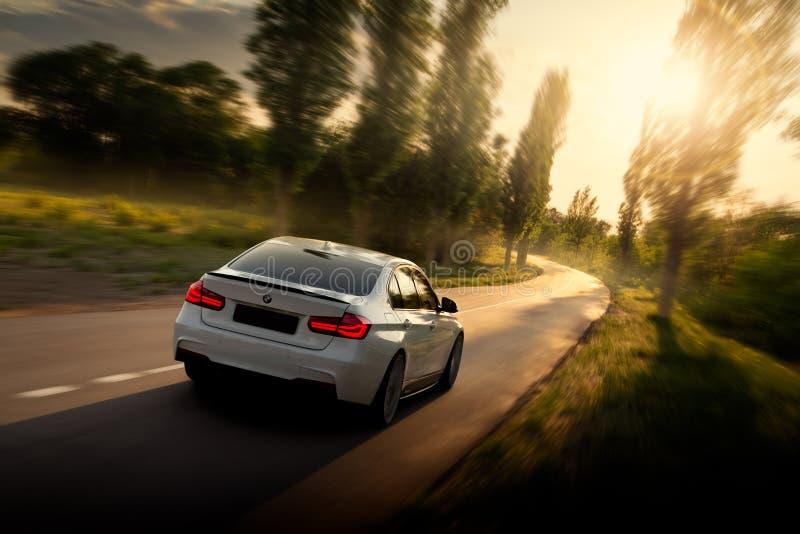 Modern bil på vägen royaltyfri fotografi