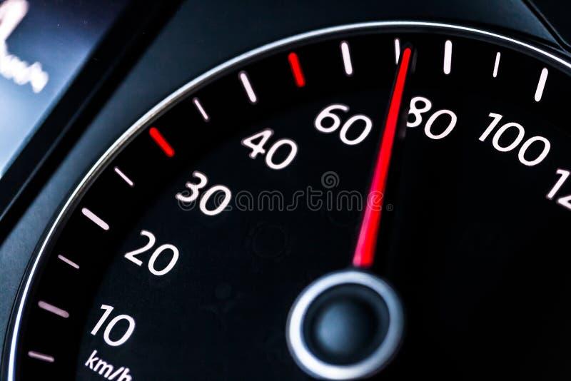 Modern bilhastighetsmätare Slutet sköt upp av royaltyfri foto