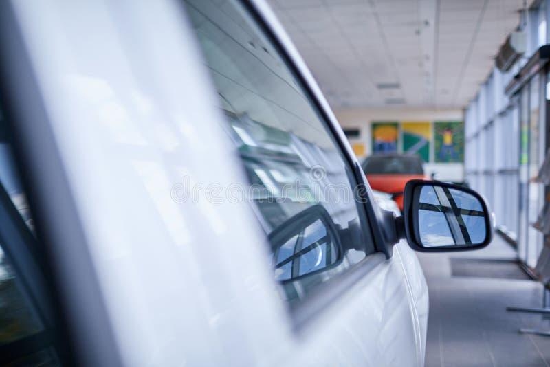 Modern bilyttersida Dörr för chaufför` s, spegel, instrumentbräda royaltyfri bild