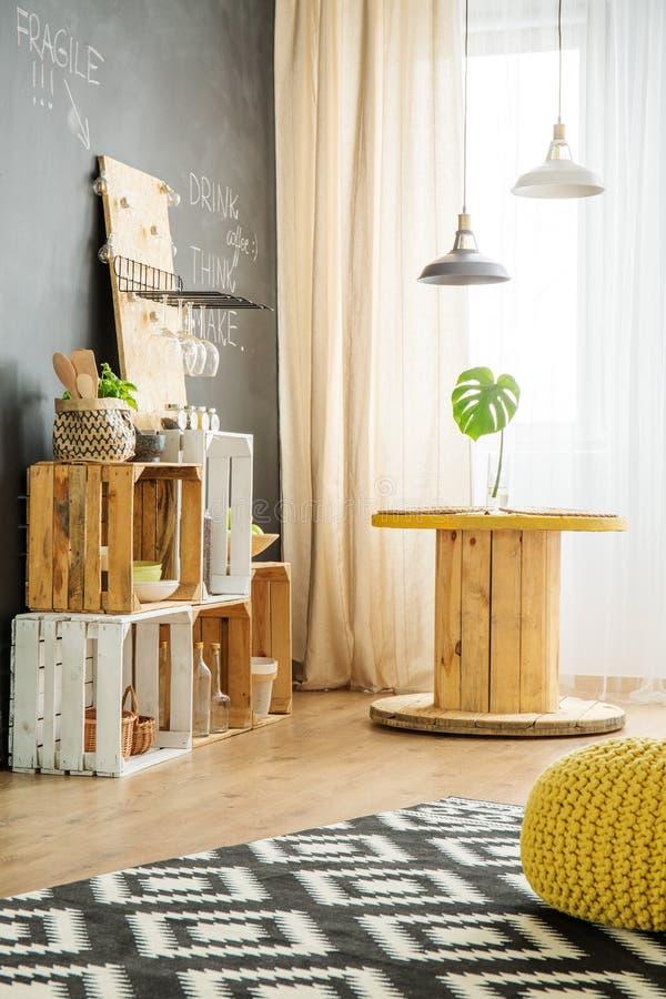 Modern binnenland met DIY-meubilair royalty-vrije stock fotografie
