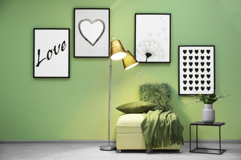 Modern binnenland met meubilair stock afbeeldingen