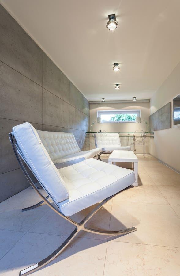 Modern binnenland met wit meubilair royalty-vrije stock foto's