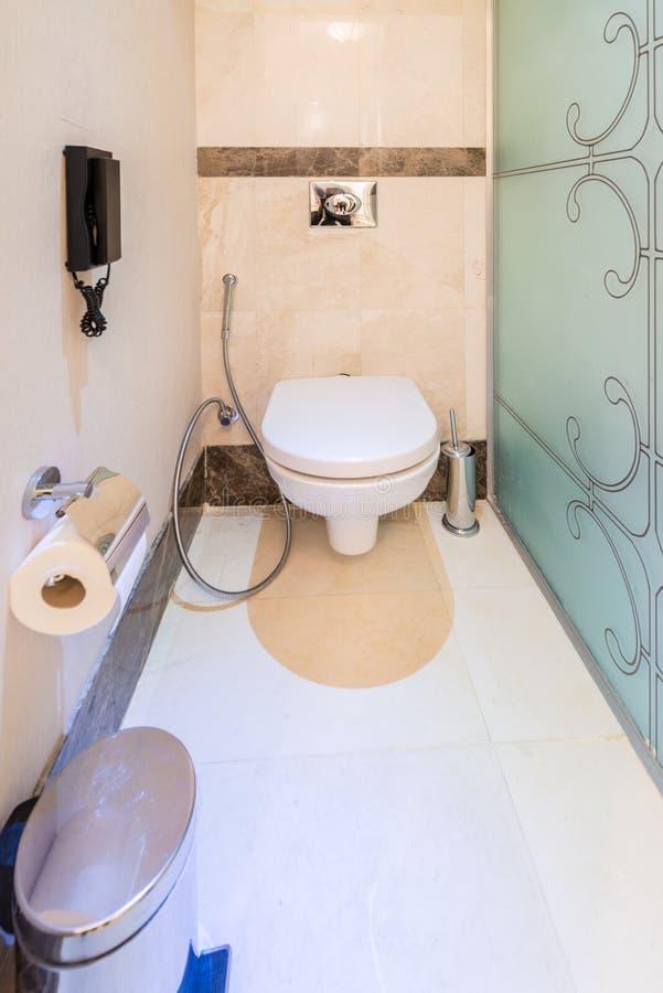 Modern binnenland van badkamers en toilet royalty-vrije stock afbeelding
