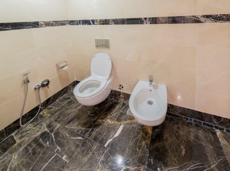 Modern binnenland van badkamers en toilet stock foto