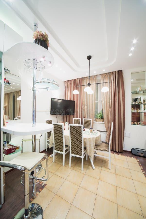 Modern binnenland van een eetkamer met een lijst en een tv royalty vrije stock foto 39 s - Een eetkamer voorzien ...