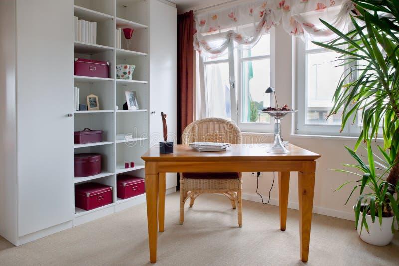 Modern binnenland van huisbureau royalty-vrije stock afbeeldingen