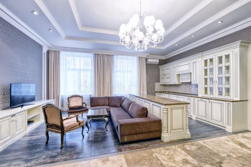 Modern binnenland van keuken-levende ruimte in een ruime flat in heldere kleuren stock foto