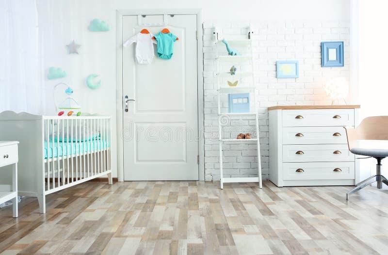 Modern binnenland van lichte comfortabele babyruimte stock foto