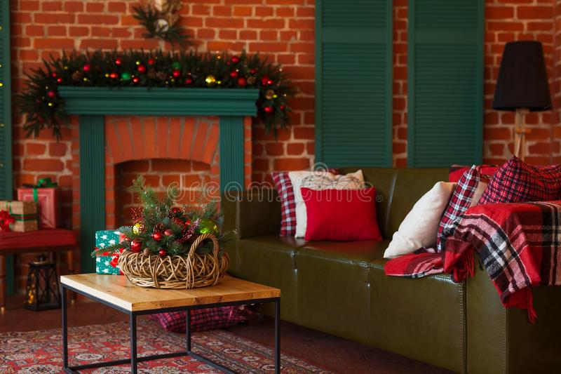 Modern binnenland van woonkamer Creatieve Kerstboom, eigentijdse open haard en grote olijfbank in zolderbinnenland stock fotografie