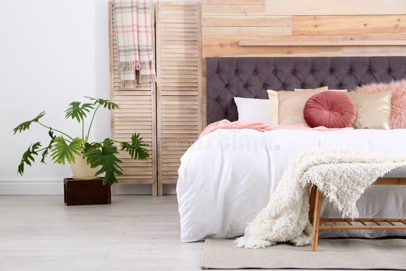 Modern binnenlands ontwerp van comfortabele slaapkamer royalty-vrije stock afbeelding