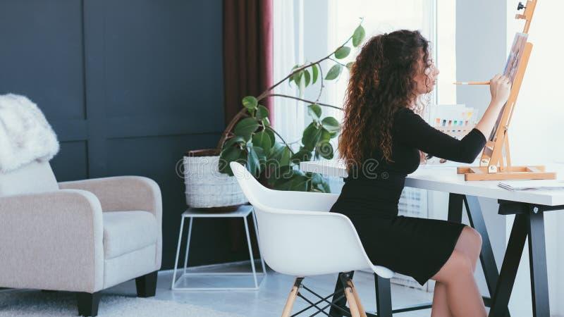 Modern binnenlands ontwerp vrouwelijk kunstenaar het schilderen huis royalty-vrije stock fotografie