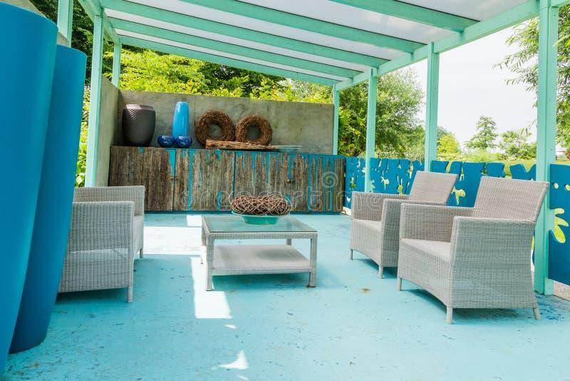 Modern blauw mediterraan tuinontwerp royalty-vrije stock afbeeldingen