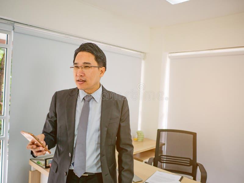 Modern blick för affärsman som är allvarlig i hans kontor arkivfoton