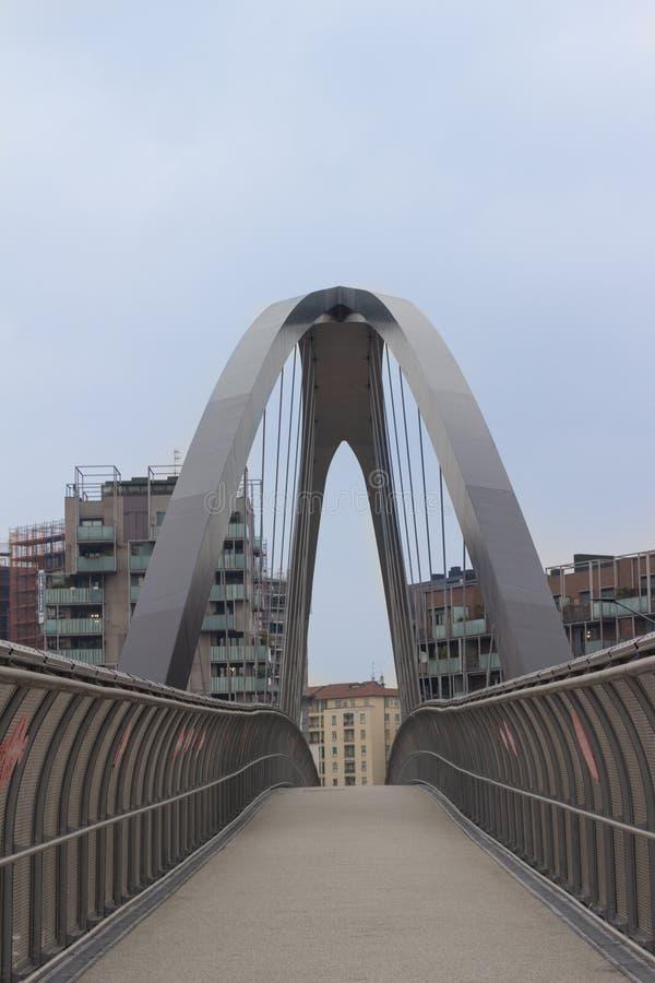 Modern bro över huvudvägen i Milan, Italien Andra byggnader arkivbilder