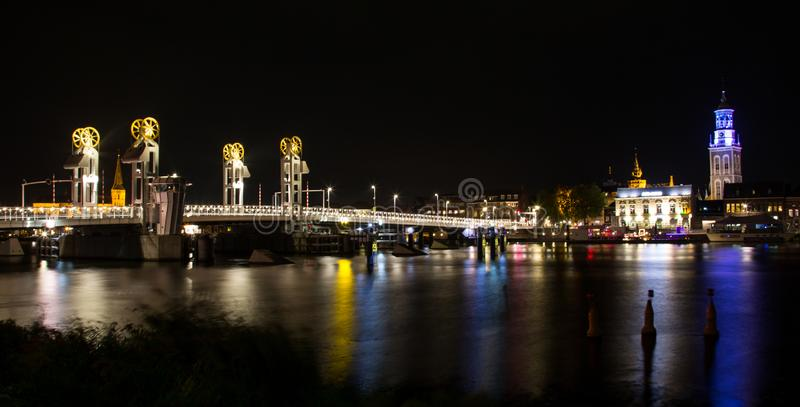 Modern bro i den historiska staden av Kampen, Nederländerna royaltyfria foton
