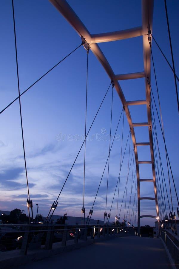 Modern bro på solnedgången royaltyfri bild
