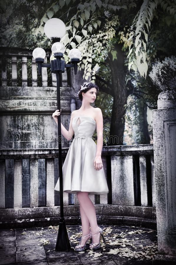 Modern brud i parkera arkivfoto