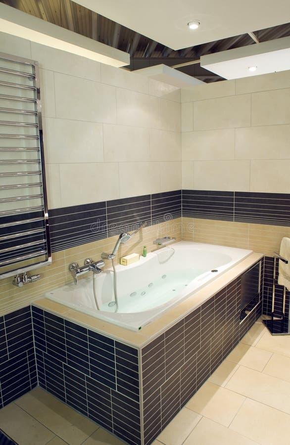 modern bubbelpool för badrum arkivbild