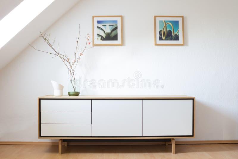 Modern buffet in heldere woonkamer stock foto's