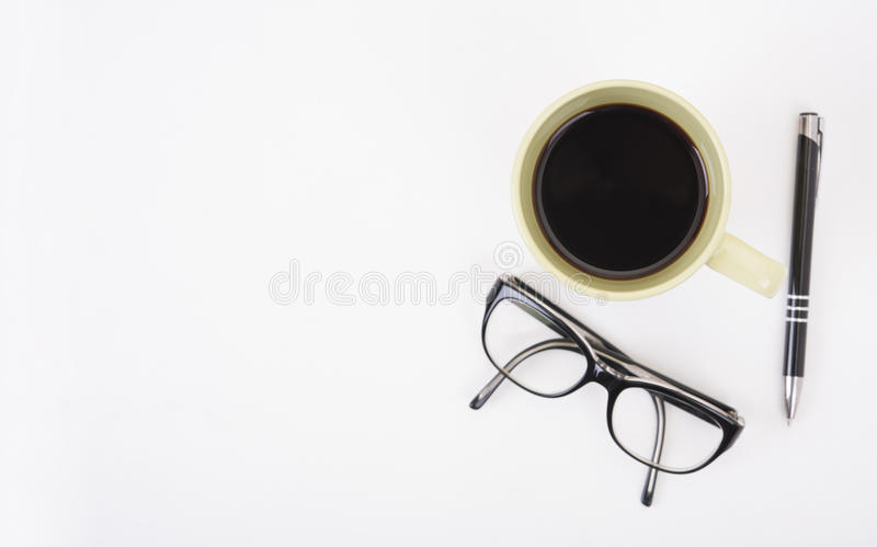 Modern bureau met oogglazen, pen, en koffiekop royalty-vrije stock afbeeldingen