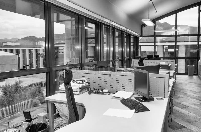 Modern bureau met volgestopte Desktops Bedrijfs concept royalty-vrije stock foto