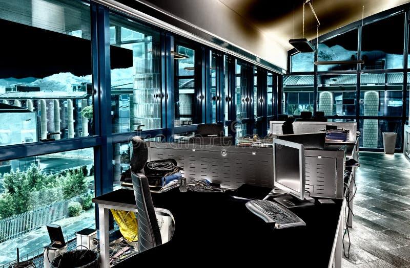 Modern bureau met volgestopte Desktops Bedrijfs concept stock foto's