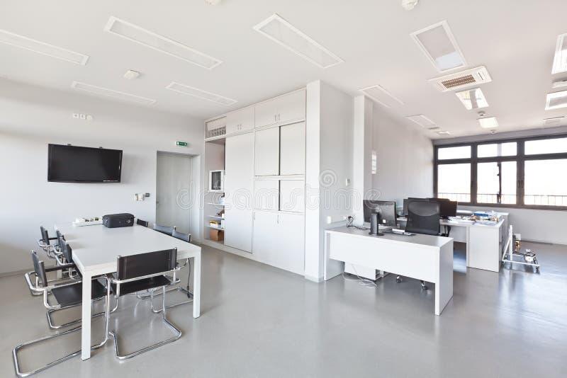 Modern bureau met wit meubilair stock afbeeldingen