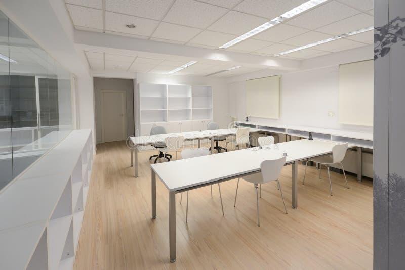 Modern bureau met wit meubilair stock afbeelding