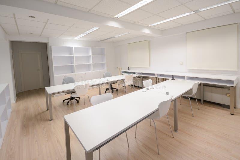 Modern bureau met wit meubilair stock fotografie
