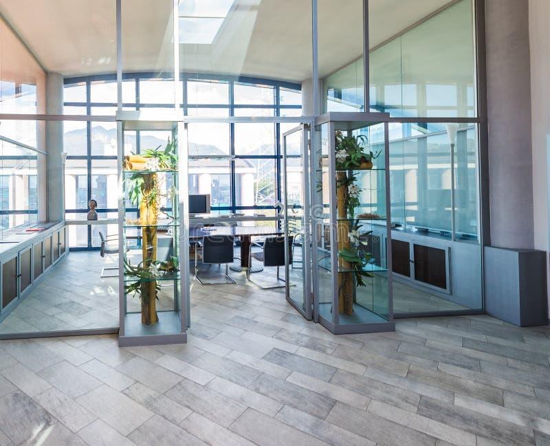 Modern bureaubinnenland Conferentieruimte en Desktops collectief stock afbeeldingen