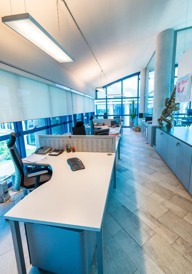 Modern bureaubinnenland met stoelen en Desktops royalty-vrije stock afbeeldingen