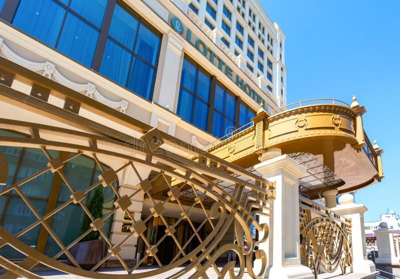 Modern byggnad av Lotte Hotel Samara i solig dag för sommar royaltyfri fotografi