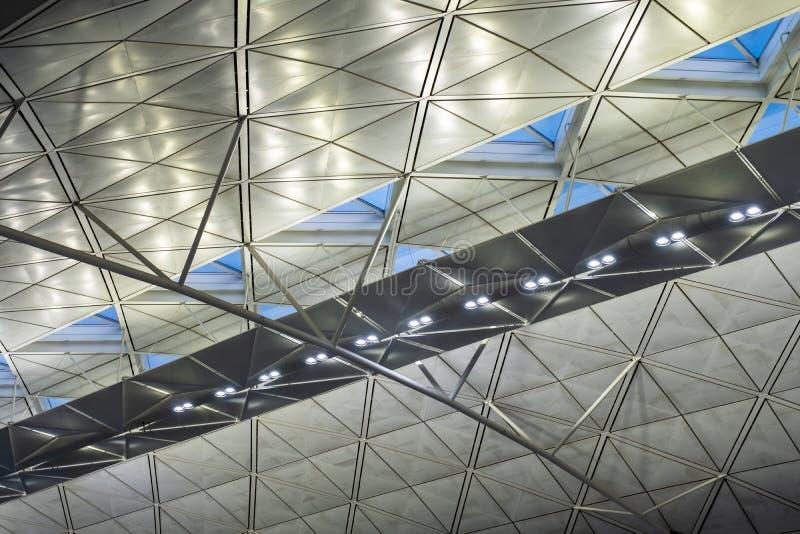 Modern byggnad för arkitektur med att tända som är metalliskt royaltyfria foton