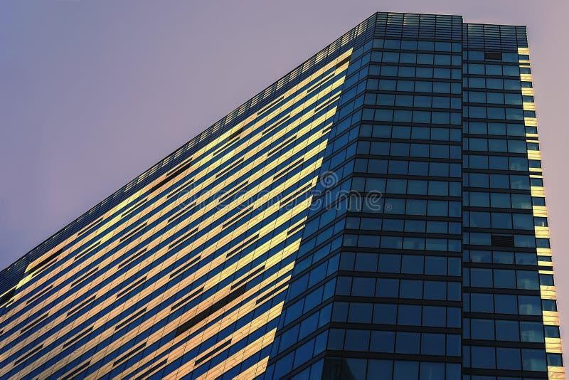 Modern byggnad från exponeringsglas och betong, affärsområde, abstrakt bakgrund, geometriskt stadsabstrakt begrepp royaltyfria bilder