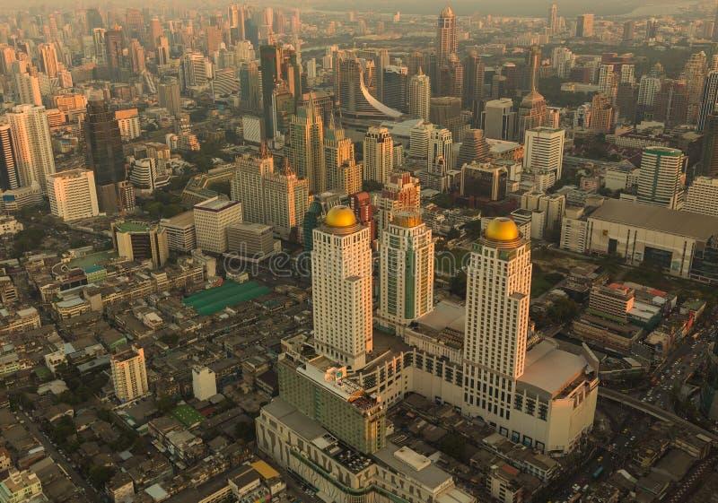 Modern byggnad i affärslandskapet Sikt för fågelögon av bangkok royaltyfri foto